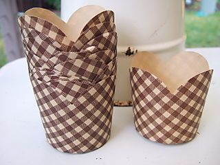 Round gingham cups